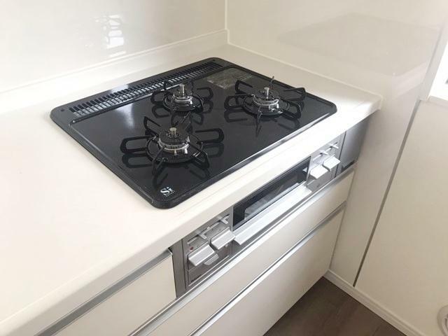 キッチン 3口コンロのため同時進行で調理ができます。