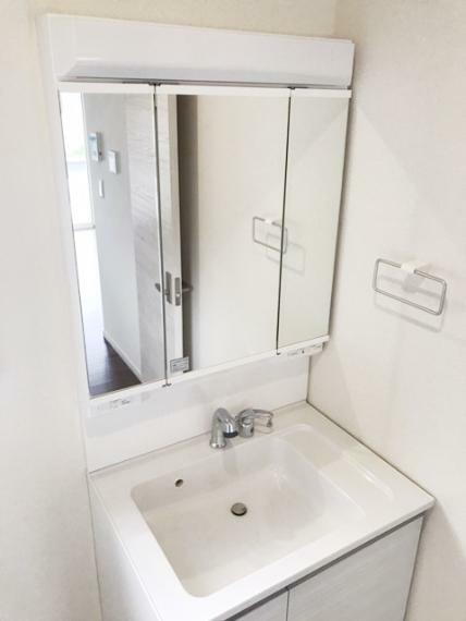 洗面化粧台 シャンプードレッサーです。鏡の裏に収納を設置。