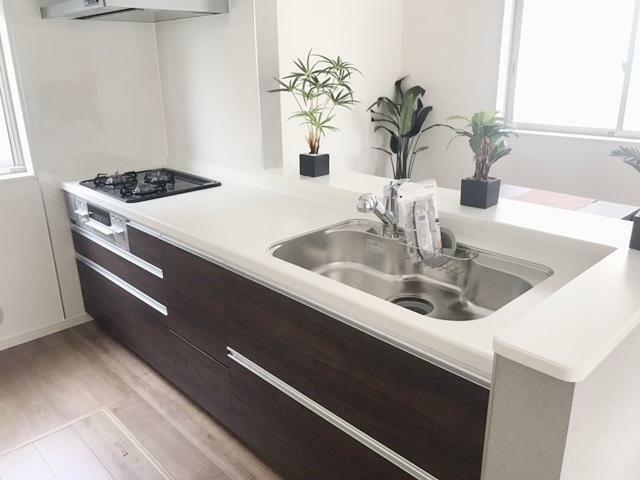 キッチン ご家族の様子を見ながら、お料理ができる対面式キッチンです。
