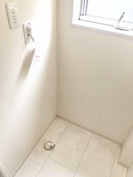 脱衣場 窓のある洗面脱衣室です。明るく、湿気を逃すことができます。