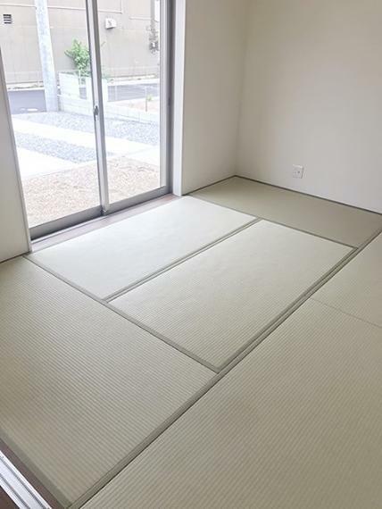 和室 1階和室です。お子様の遊び場や、来客の際に活躍する落ち着いた空間となっています。