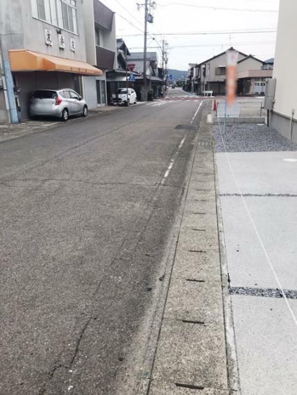 周辺の街並み 前面道路です。南へ行くと富加駅、北へ行くと国道418号線です。