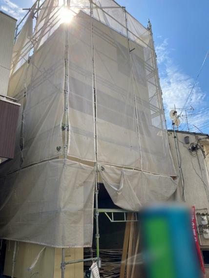 現況外観写真 阪急「春日野道」駅徒歩約5分・JR/阪神も徒歩圏内の好立地に3階建の新邸が誕生!! 利便性と穏やかな住環境に恵まれた、理想の暮らしが実現できる家。 (2021年10月 現建築状況)