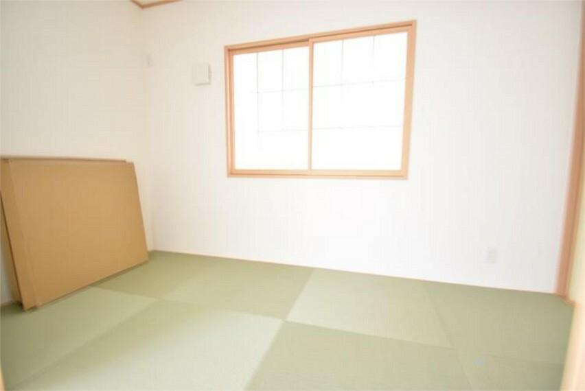 リビング隣の和室は、趣ある安らぎ空間。来訪時や家事スペースとしても重宝します