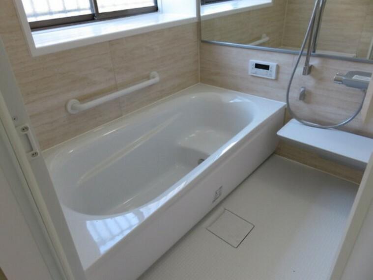 浴室 楽な姿勢で入浴できるベンチバスです。手すりをお使い頂けます。