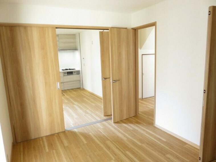 ダイニング・キッチンスペースに隣接するお部屋は扉を開放して広い空間で寛いで頂けます。