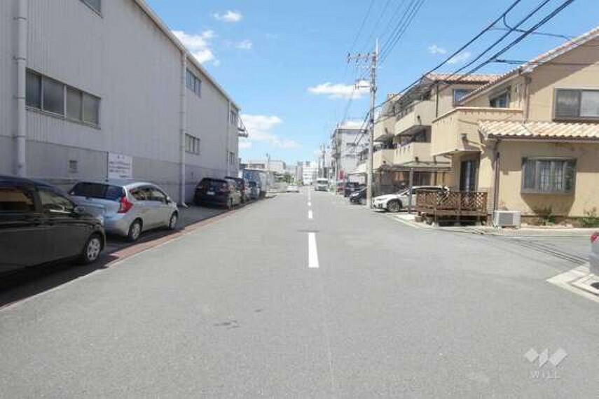 現況写真 物件の南側前面道路(東側から)。幅員が広く、車がすれ違うことが出来ます。交通量は多くはないので安心です。
