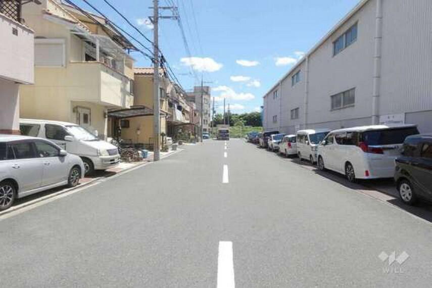 現況写真 物件の南側前面道路(西側から)。幅員が広く、車がすれ違うことが出来ます。交通量は多くはないので安心です。