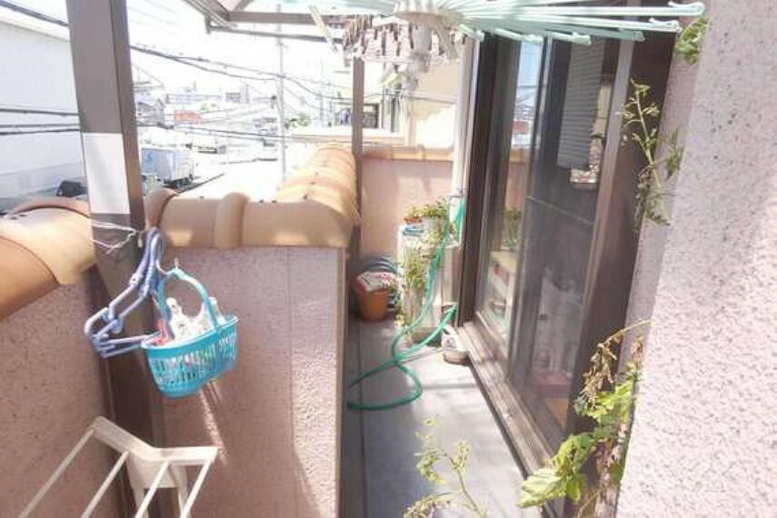 バルコニー バルコニ-。屋根付きのため、雨に濡れにくくなっております。南向きのため日当たりも良洗濯物も乾きやすいです。