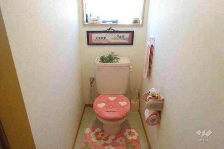 トイレ 2階トイレ[2021年7月19日撮影]丁寧にお使いです。窓付きのため明るい雰囲気になります。