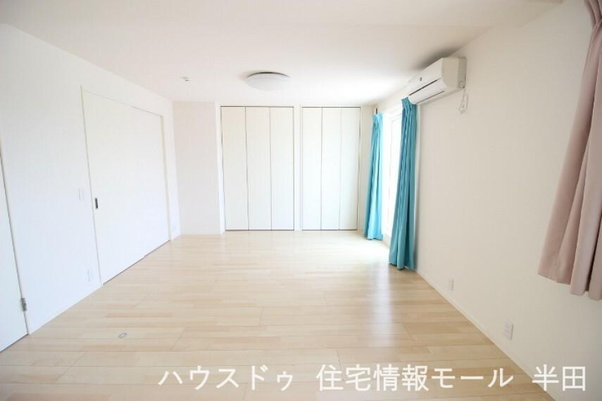 洋室 バルコニーに出入りできる居室です 布団干しもラクラク