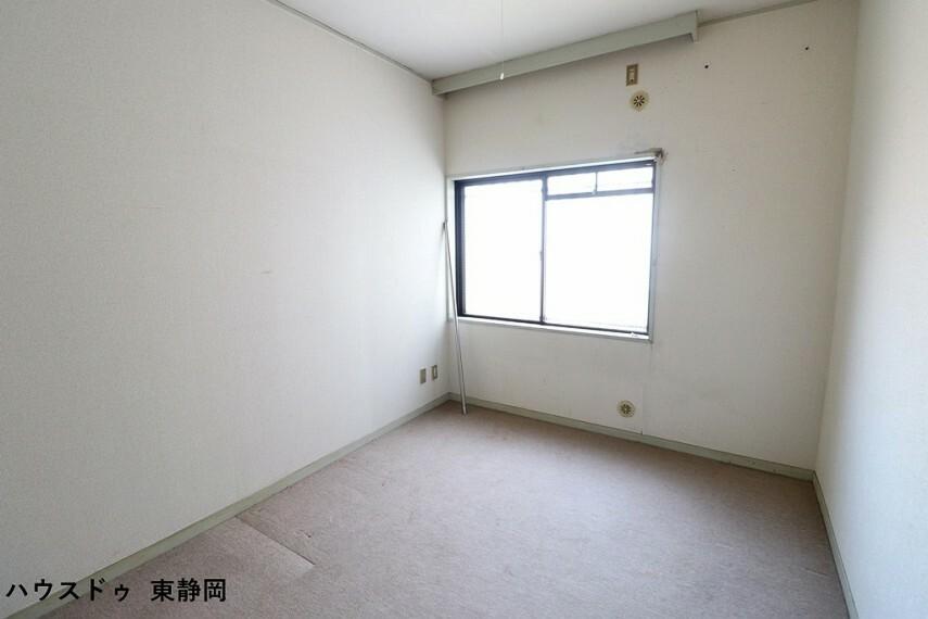 寝室 洋室6帖。角部屋なので人がお部屋の前を通る事がありません。リラックスして過ごせますね。