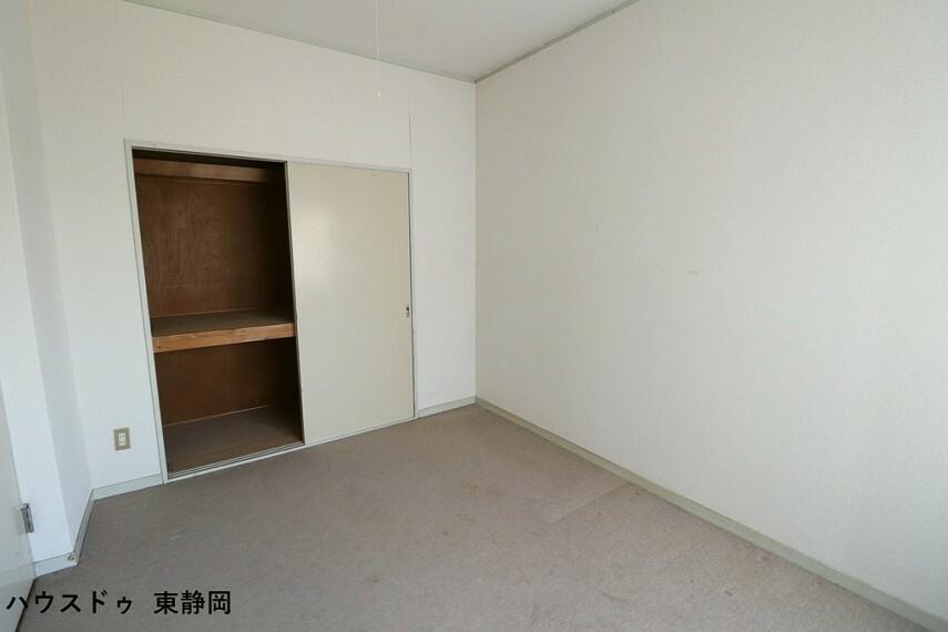 寝室 6帖洋室。全居室収納完備。収納家具を減らして広々空間をお楽しみいただけるように工夫されていますね