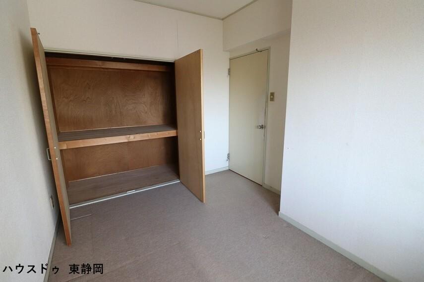 子供部屋 5.49帖の洋室です。大きなクローゼットが付いてるので、収納もたくさん出来てスッキリしますね