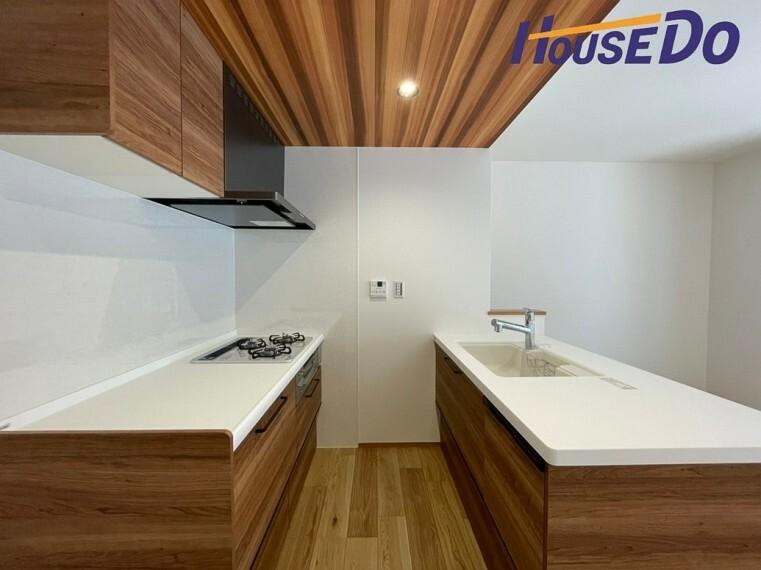 キッチン 白を基調としたキッチンに、ウッドテイストの下がり天井が空間をキッチン全体を引き締めてます!