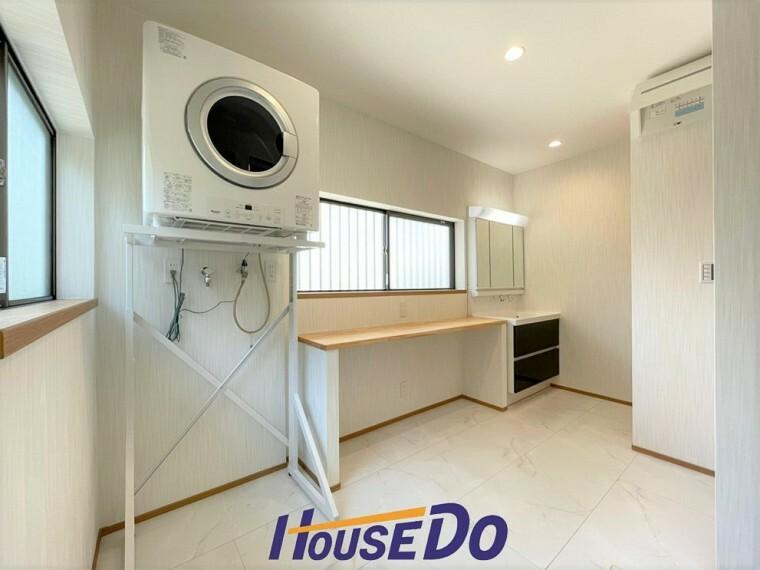 洗面化粧台 洗面所です!乾太くん付きです!カウンターも備え付けられており、「洗う・乾かす・畳む・アイロンがけ」が完結する主婦に嬉しい造りになっています!