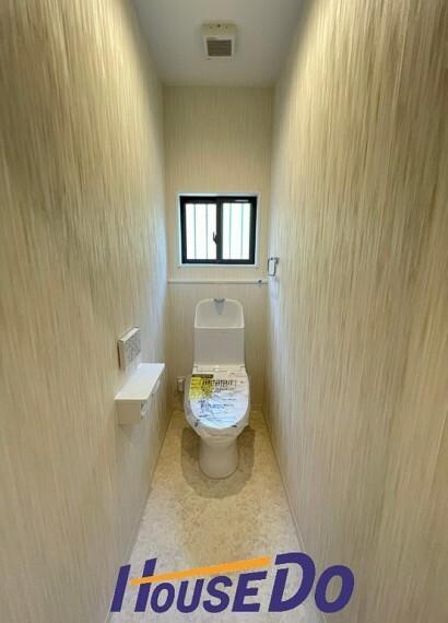 トイレ 水周りはシンプルに清潔感のあるホワイトで統一。洗浄便座になっておりますので、とても清潔にご使用いただけます!