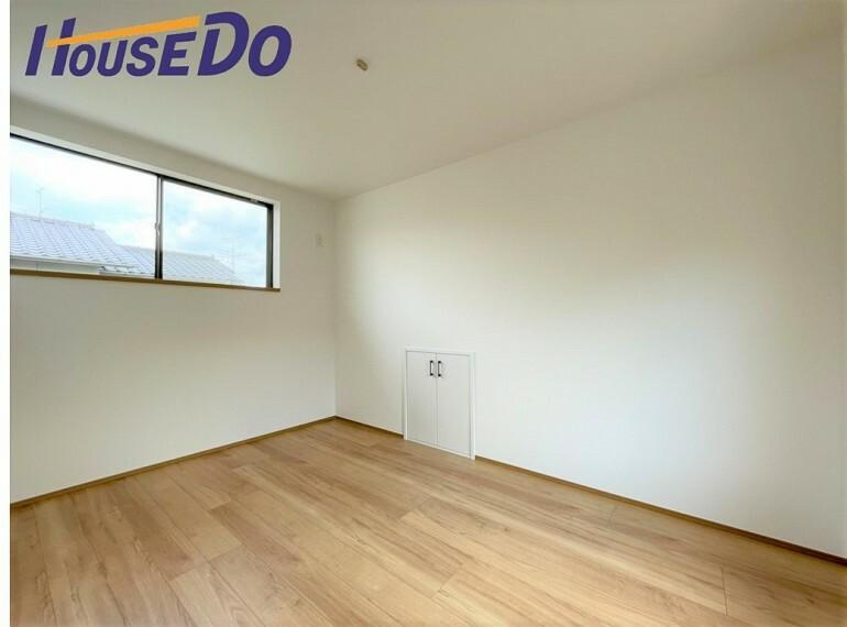 洋室 住まう方自身でカスタマイズして頂けるように「シンプル」にデザインされた室内。家具やレイアウトでお好みの空間を創り上げられます。