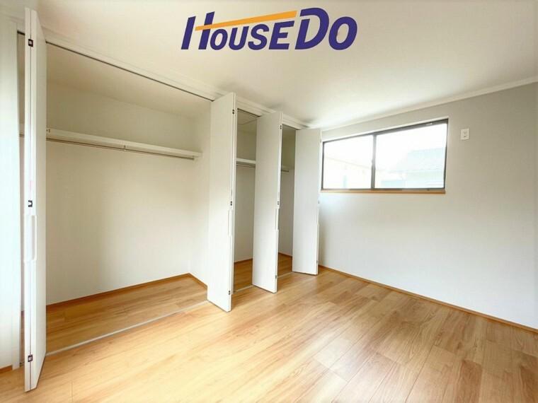 洋室 クローゼットには洋服や本を収納できるので、お部屋はすっきり広々と使うことができます。お好みの家具を自由にレイアウトしてください。