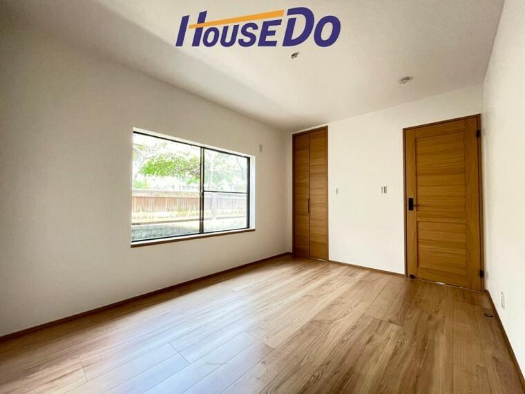 洋室 ゆったりサイズの寝室は、心身を静かに満たすシックな趣き。採光と通風に優れ、衣服等を上手に収納できる収納も備えています。