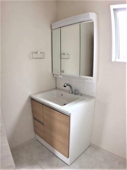 洗面化粧台 暮らしを快適にする三面鏡使用の洗面化粧台。収納力と機能性に優れた使いやすい設備で忙しい朝の身支度もスムーズに。