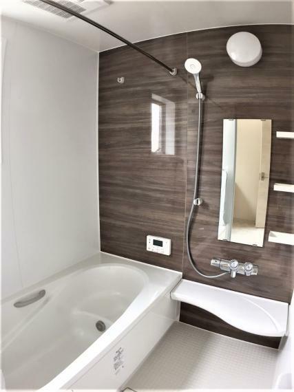 浴室 落ち着きのある空間に広々足が伸ばせる浴槽で、心も体もリラックスできそうです。お子様と入るのにも十分な広さが嬉しいですね。