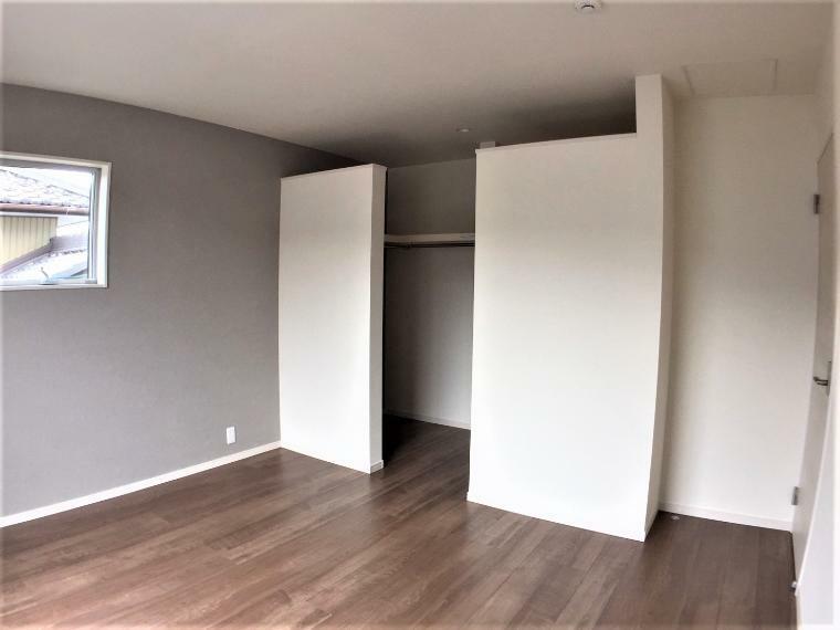 洋室 ウォークインクローゼット付きの洋室。生活とともに増えていく思い出や季節物用品等たっぷり収納できます。