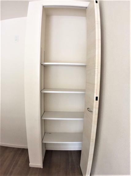 収納 キッチン横の収納スペースはパントリーとしてもお使いいただけます。