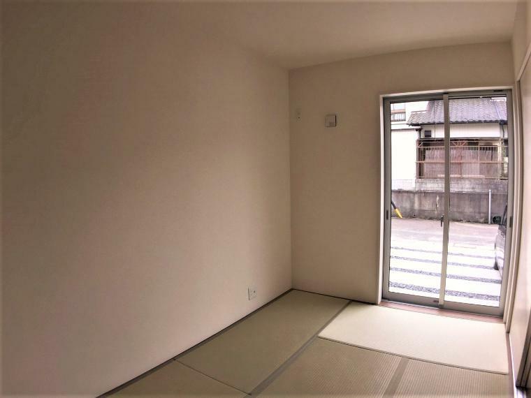 和室 大きな窓から明るい日差しが差し込む和室。