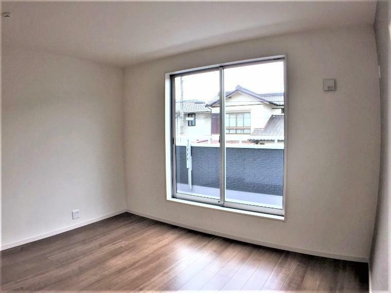 洋室 こちらの洋室の窓からもバルコニーへ出られます。