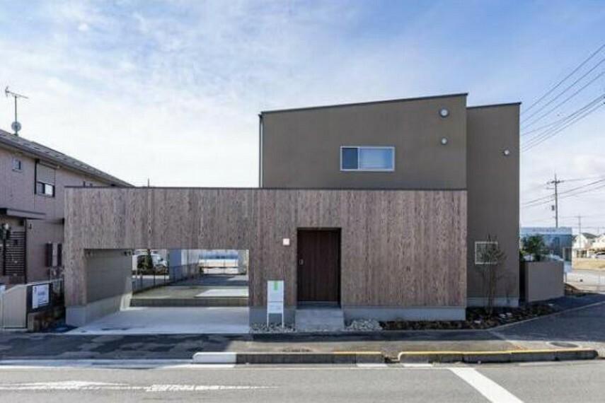 現況写真 北東角地に建つ住宅。南側隣地と距離をとって光と風を取り込みました