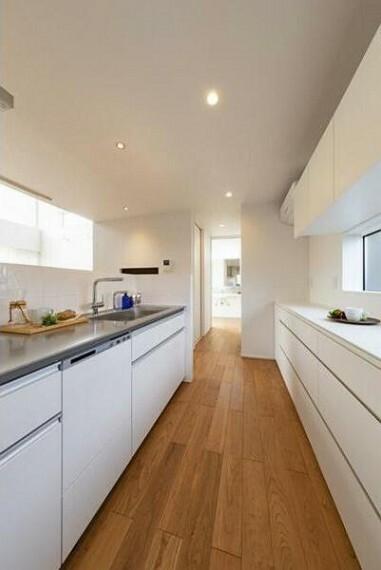 キッチン 奥に見えるのは洗面スペース。日々の生活を考え家事動線が一直線になっています