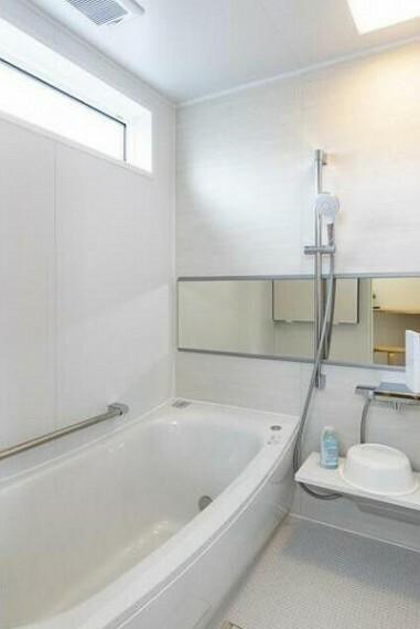 浴室 採光窓を配し明るい浴室。毎日お風呂に入るのが楽しくなりそうです
