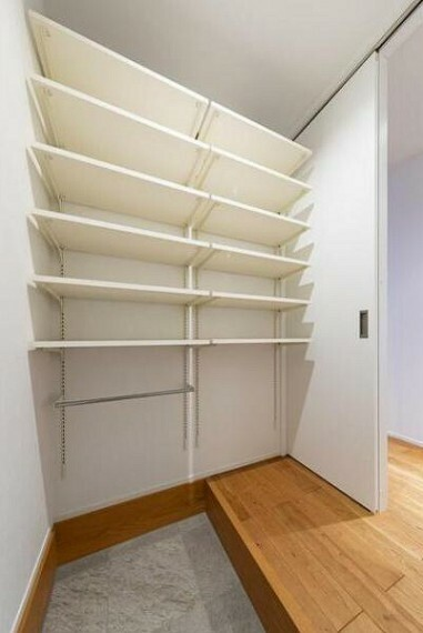 収納 玄関内のシューズクローク。家族用の玄関としても使えます