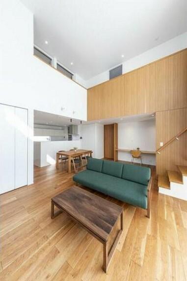 居間・リビング 吹抜を通して2階の家族と会話が楽しめます