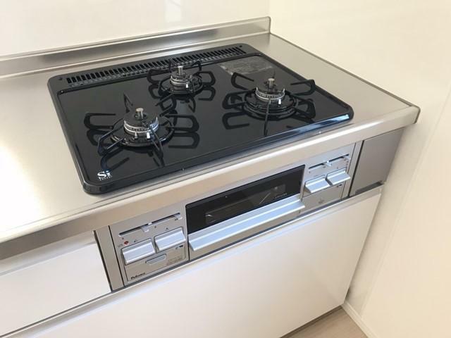 キッチン 3口コンロのため同時進行で調理ができ時間短縮になります。