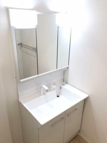 洗面化粧台 鏡の裏に収納を設置しています。