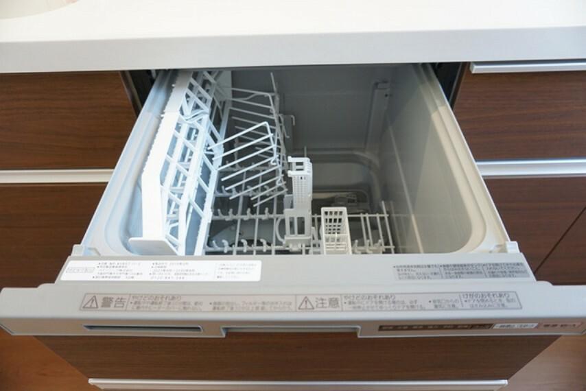 キッチン 同仕様写真。家事の時間が短縮できる食器洗浄乾燥機付。食器を洗う手間が減るので家族とのコミュニケーションの時間や自分の時間が増えますね。