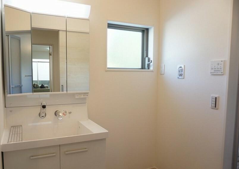 洗面化粧台 同仕様写真。収納が隠れて使いやすい、シャワー付き三面鏡洗面ドレッサーです。朝の準備もぬかりなくできます。
