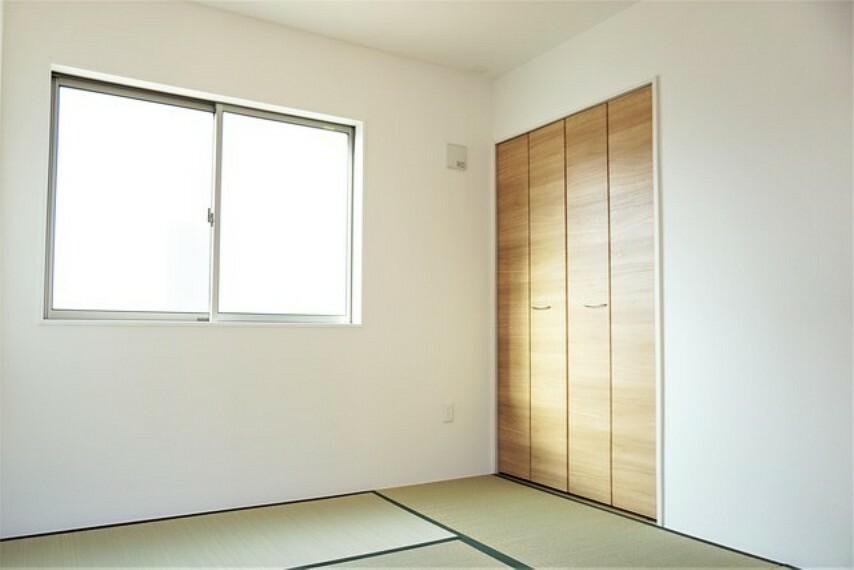 和室 同仕様写真。隣り合う和室を開放すれば、ひときわ広々とした空間になるリビングダイニング。接待部屋にも使えて便利です^^