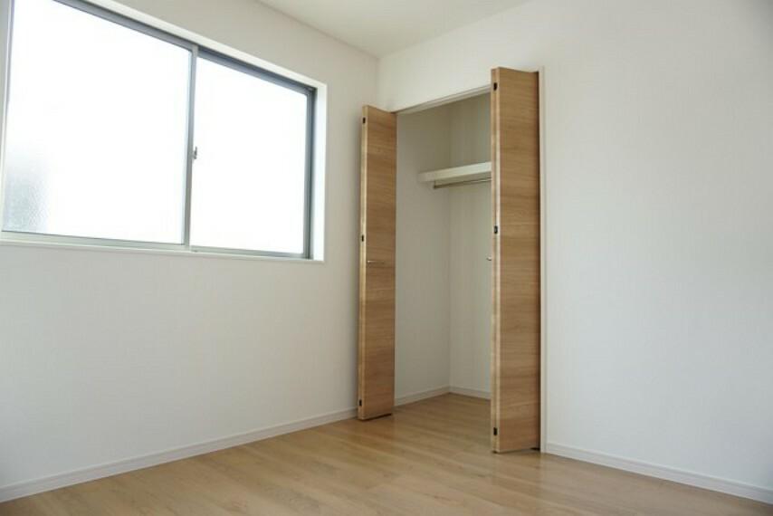 洋室 同仕様写真。クローゼット収納完備。下段を引き出し収納にするなど、空いたスペースを有効活用すれば収納力がグッと高まります。常に整理整頓されたお部屋は気持ちがいいです^^