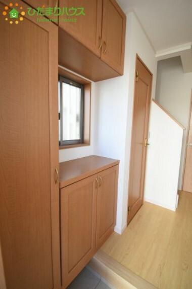 収納 飾り棚としても演出できるコの字型の下駄箱で、お客様を心地よくお迎え