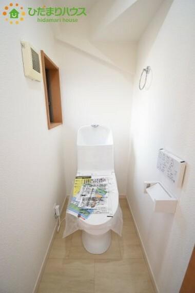トイレ 白を基調としたトイレは、インテリア次第でどんな空間になるかワクワクしますね