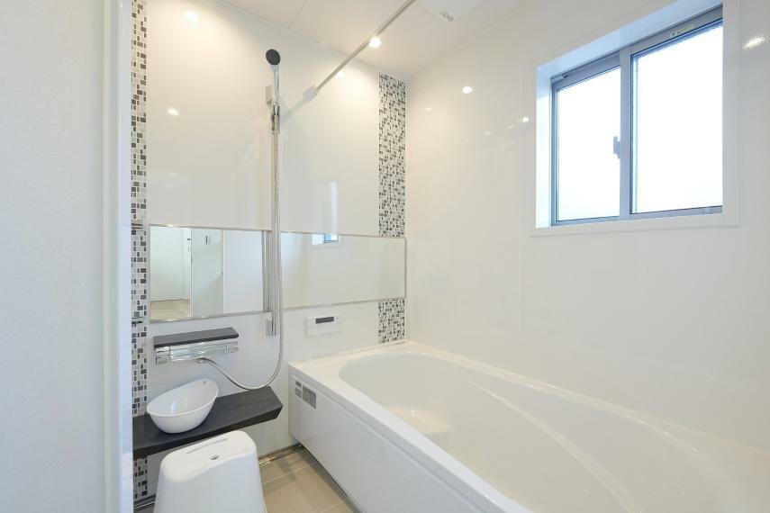 浴室 B棟浴室 モザイク柄のパネルがアクセントの高級感ある浴室。カビに強い「ホーロークリーン浴室パネル」採用で、何年使っても普段のお手入れは入浴後にサッとシャワーで流すだけだから、お手入れカンタン。