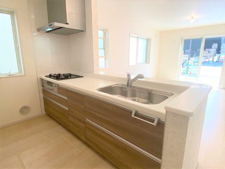 同仕様写真(内観) 【システムキッチン】収納スペースが多く、家事導線が考えられた明るいキッチン。広々リビングを見渡せるキッチンでは、自然と会話がはずみます。
