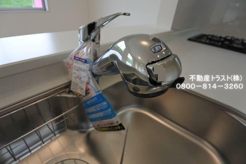 発電・温水設備 【浄水器一体型水栓】シャワーヘッドは引き出し可能でシンクの隅々まで洗い流すのに便利。シャワーヘッド内にカートリッジを内蔵。カルキ・溶解性鉛・農薬・カビ臭などの不純物を低減します。