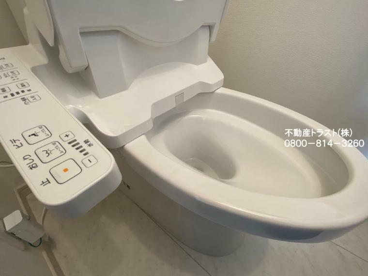 【トイレ】掃除ラクラク・スマートなデザインのトイレ。1階2階共にウォシュレット機能付き。節水・節電、お掃除の為に簡単着脱、汚れが付きにくく落ちやすいサッとひと拭きでお掃除ができます。