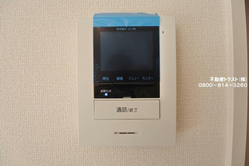 玄関 【録画機能付きTVインターホン】カラーモニターでとても鮮明に来訪者が確認でき、不在の際の録画機能もありとても便利です。