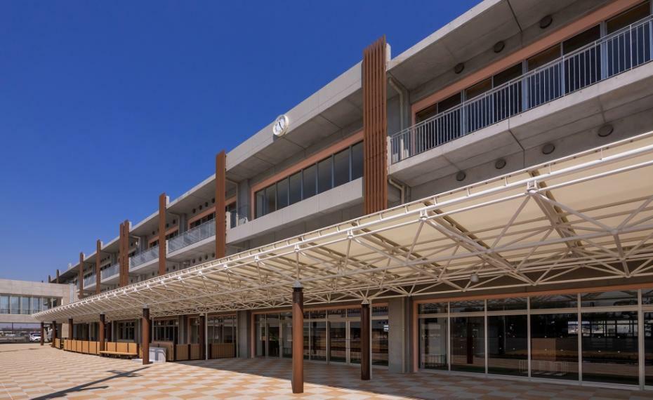 小学校 【美園北小学校】平成31年開校した新しい学校。近くには綾瀬川が流れ、自然環境にも恵まれています。廊下・教室の床のフローリング・明るく開放的な教室・環境へ配慮する等、新設校ならではの特徴ある施設設備です。