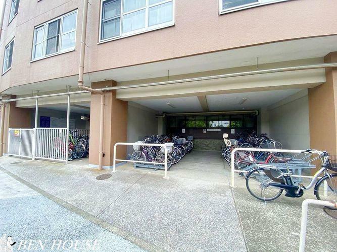 駐輪場 駐輪場・建物1階部分には駐輪場があります。駐輪場使用料年額2400円、バイク置き場(原付限定)使用料年額6000円。